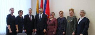 L. Kukuraitis ir V. Rekešienė pasirašo Skalvijos namų perdavimo-priėmimo aktą