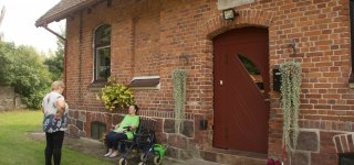 Svečiuose Žardelių kaime. Taip atrodė tipinis vokiečių girininkijos pastatas – virš durų iki šiol išlikusi lentelė su vokiškais užrašais. Tais laikais čia gyveno girininkas su šeima, tiesiog fioršteriu vadinamas.