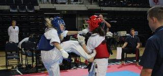 Sėkmingai varžybose pasirodžiusi ir vicečempione tapusi Emilija Kasputytė (mėlynas šalmas).