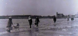 """Išmindžioti ledo keliai atsirasdavo štai tarp tokių luitų. Unikalus AA Broniaus Grigaičio įamžintas užšalusio Nemuno vaizdas. Šias nuotraukas """"Mūsų laikas"""" gavo iš Eligijaus Skirkevičiaus, kurio tėčiui Sigitui ir atiteko B. Grigaičio fotoarchyvas."""