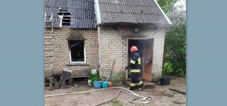 Paskynuose dega namas