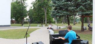 Į Jurbarko bibliotekos kiemelį - paklausyti jaunųjų talentų (biblioteka kviečia vasaroti su muzika)