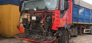 Po smūgio iš sunkvežimo kabinos beveik nieko neliko