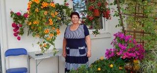 Gėlininkė Aldona prie daugiabučio sukūrė tikrą rojaus sodelį