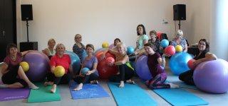 Pilateso treniruotėse, kurios vyko Jurbarko viešosios bibliotekos didžiojoje salėje, pakalbintos moterys džiaugėsi ne tik galimybe sportuoti nemokamai, bet ir trenerės sugebėjimu kiekvienai jų skirti laiko.