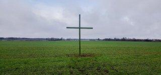Ūkininkai Robertas Čirvinskas, Simonas Bietkis, Česlovas Petraitis kryžius pastatė prie kelio Jurbarkas - Skaudvilė, netoli Žindaičių gyvenvietės.