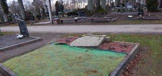 Kalėdas atšventė vartydami kapinių paminklus