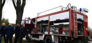 Juodaičių ugniagesiai džiaugiasi gautu automobiliu