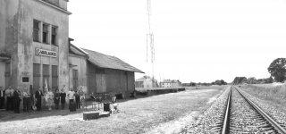 """Atmintina data simboliškai pažymėta Varlaukio geležinkelio stotyje vykusioje atminimo valandoje """"Laiškai ant bėgių""""."""
