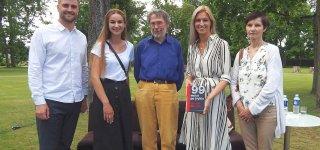(Iš kairės) Renginio moderatorius Lukas Bakšys, renginio sumanytoja bibliotekininkė Rytė Galbuogienė, profesorius Liudas Mažylis, viešosios bibliotekos direktorė Rasida Kalinauskienė bei Aldona Mažylienė.