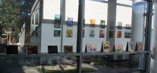 Bibliotekos sienas papuošė meno mokyklos suaugusiųjų mokinių piešiniai (nuotraukos)