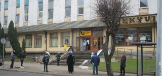 Laukiant sugriežtinto karantino - prie Jurbarko pašto nusidriekė eilės (skelbiame, kaip paštas dirbs nuo trečiadienio)