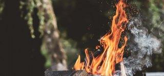 Atsakingai deginkite ne tik augalines liekanas – nepamirškite laužų ir kepsninių