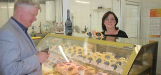 """Štai taip atrodo Girdžiuose įsikūrusi firminė """"Sūrio džiazas"""" parduotuvė,  kurioje apsipirkti nepraleido progos ir pats ministras K. Navickas – lauktuvių įsigijo iš sūrinės įkūrėjos Svajonės Vaicekauskienės rankų."""