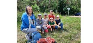 Gausi uogautojų šeimyna – Diana ir Olegas Nalegač su savo atžalomis – Elija, Tėja, Alicija ir Rojumi. Žemuogės baigiasi – rinks mėlynes.