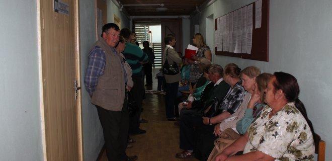 """Jurbarko Migracijos grupėje prie asmens dokumentų išdavimo - didžiulės spūstys, žmonėms """"gyvoje"""" eilėje tenka laukti ne vieną dieną."""