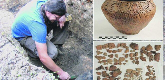 """Lietuvos nacionalinio muziejaus Restauravimo centre baigta restauruoti urna, kurią R.Šiaulinskas rado 2001 m. kasinėdamas Naudvario kapinyną. Šis radinys - labai retas. Tai vienintelė urna, datuojama I tūkst. pr. Kr., rasta tame regione ir dekoruota tokiu ornamentu. Iš viso buvo atgabenta 140 trapių, išsisluoksniavusių įvairaus dydžio vienos urnos šukių. Restauravimo metu jos buvo nuvalytos, sutvirtintos polimeriniu tirpalu / """"Mūsų laiko"""" archyvo ir LNM nuotr."""