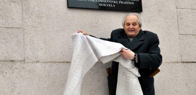 Memorialinę lentelę atidengė buvęs šios mokyklos mokinys, aktyvus Mažosios Lietuvos tyrinėtojas, profesorius, lituanistas Arnoldas Piročkinas. / Rūtos Mockutės nuotr.