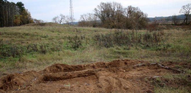 V. Juškaičio atrastas kapinynas saugus. Už 100 metrų yra pasieniečių bokštelis, kuriame įrengta kamera.