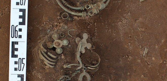Turtinga skalvių mergina ar moteris palaidota su visais papuošalais. Kaulai suiro, papuošalai išliko.