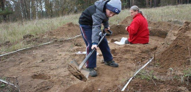 Kasinėti padeda ir 7-metis sūnus Skomantas, radęs titnaginių dirbinių ir... vabzdžių lėliukių. Už kadro, bet taip pat atvykęs į kasinėjimus, neseniai vienerių metų sulaukęs antras archeologo sūnus Surminas.