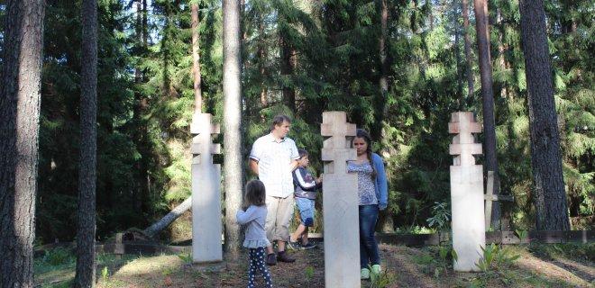 Kelionėse šeima visuomet aplanko toje vietovėje esančias istorines vietas. Nuotraukoje Labanore, Kiauneliškio mūšio vietoje.
