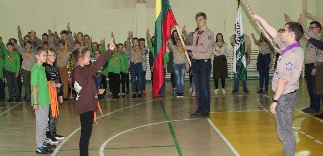 """""""Vilkai"""" (jaunesnieji skautai) davė įžodį. Skautais panorę tapti 7-8 metų vaikai turėjo prisiekti tarnauti """"Dievui, Tėvynei ir artimui"""" bei pagerbti Lietuvos vėliavą."""