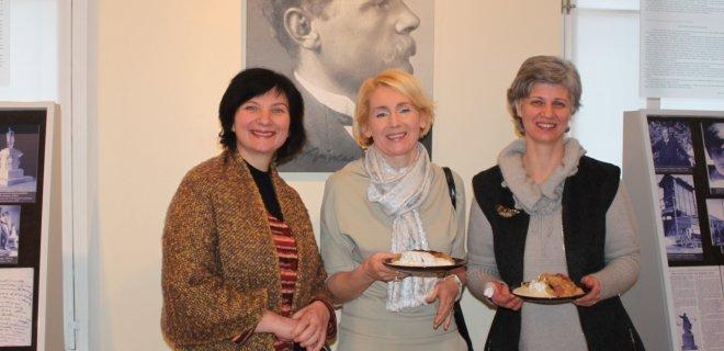 Įdiegiant audiogido paslaugą V. Grybo muziejuje nemažai darbo ir kūrybinių sugebėjimų įdėjo (iš kairės): muzikinio takelio autorė Rūta Grybaitė, moteriškojo balso įgarsintoja Andžela Labanauskienė ir viena iš šio projekto autorių menininkė Gabija Viduolytė.