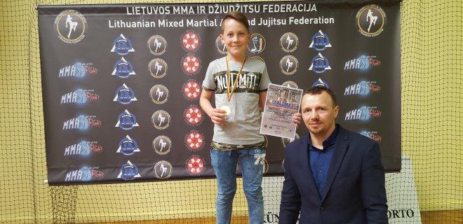 """Edvinas Kvieska I vieta. Su treneriu M. Smirnovu. / Klubo """"Pantera"""" nuotr."""