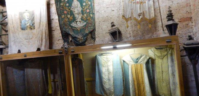 Muziejuje galima pamatyti įvairių epochų bažnytines vėliavas ir arnotus.