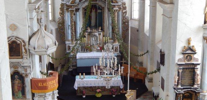 Veliuonos bažnyčią garsina puošnus barokinių altorių ansamblis. Tai patys turtingiausi Jurbarko rajone maldos namai – paveikslais, skulptūromis, apdaila ir istoriniu palikimu.