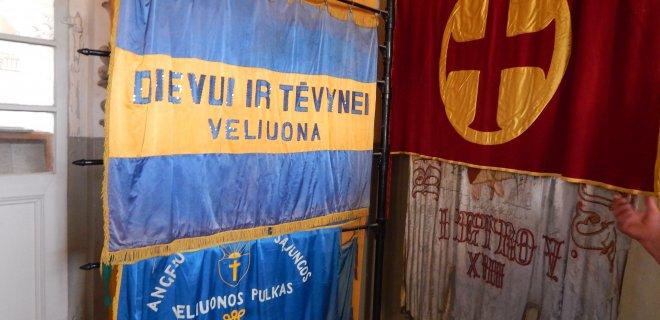 Muziejaus patalpoje sukabintos įvairių laikotarpių miestelio ir apylinkių organizacijų vėliavos.