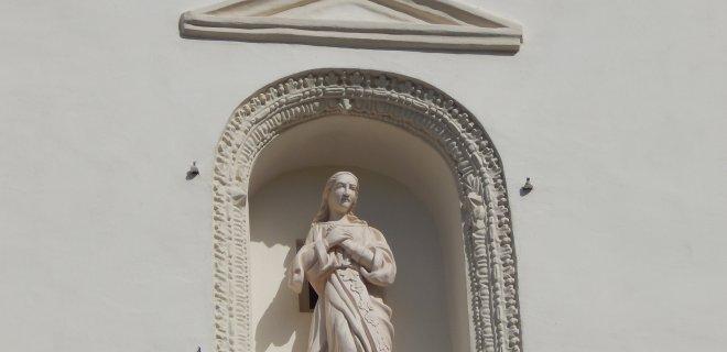 Restauruota Švč. Mergelės Marijos skulptūrėlė pagrindiniame fasade.