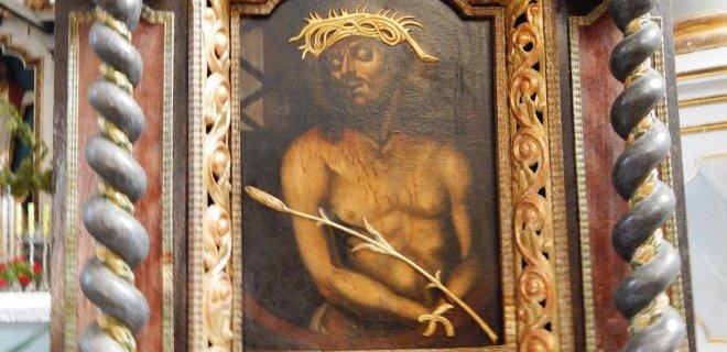 Antkapiniame paminkle, skirtame fundatoriui didikui Jonui Kazimierui Bžostovskiui, įkomponuotas ir Kristaus su nendre paveikslas.