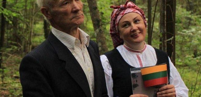 Du bunkerio prižiūrėtojai - A. Puišys ir L. Lukošienė.