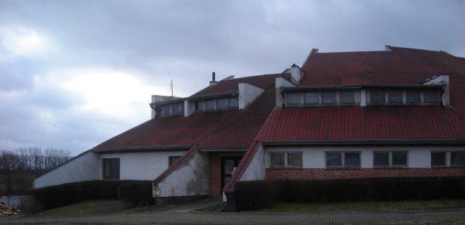 Šis sovietmečiu statytas kompleksas Klausučių miestelyje tuometinės aukštuomenės poreikiams buvo maksimaliai paslėptas nuo visuomenės.
