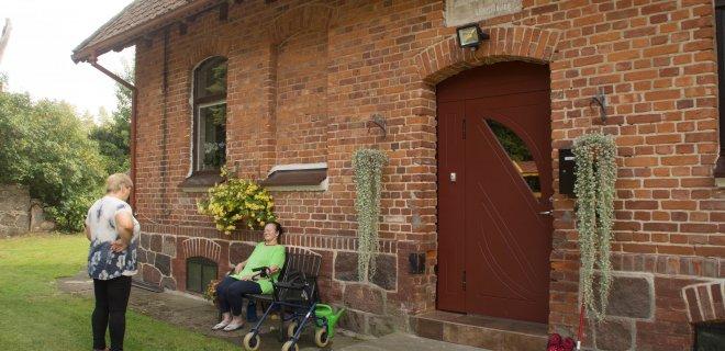 Svečiuose Žardelių kaime. Taip atrodė tipinis vokiečių girininkijos pastatas – virš durų iki šiol išlikusi lentelė su vokiškais užrašais. Tais laikais čia gyveno girininkas su šeima, tiesiog fioršteriu vadinamas. / R. Bakšienės nuotr.