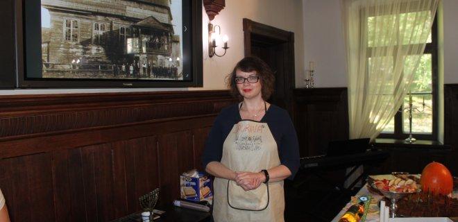 """Laurina Todesaitė, projekto """"Cookjewishbejewish"""" vadovė, pristatė žydų kulinarinį paveldą. Rankose ji laiko per žydų Naujuosius metus kepamą chalą – pynutę primenančią duoną. Ji būna apvali, nes simbolizuoja metų cikliškumą."""