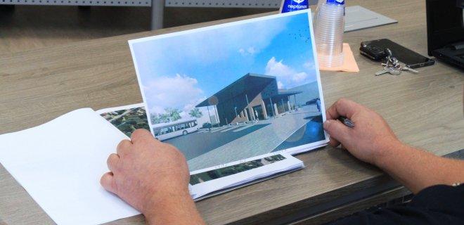 Komiteto nariai apžiūrėjo Prienų autobusų stoties vizualizaciją. A. Štulo įsitikinimu, Jurbarko rajonui tokia stotis yra tinkamiausias pasirinkimas.