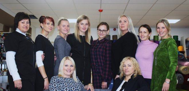 Apie tai, kad verslas sekasi, rodo ir didelis kolektyvas. R. Nyderienė (sėdi dešinėje) darbo vietas sukūrė vienuolikai darbuotojų ir dar samdo dvi siuvėjas, kurios siuva užuolaidas, vaikišką patalynę ir kt.