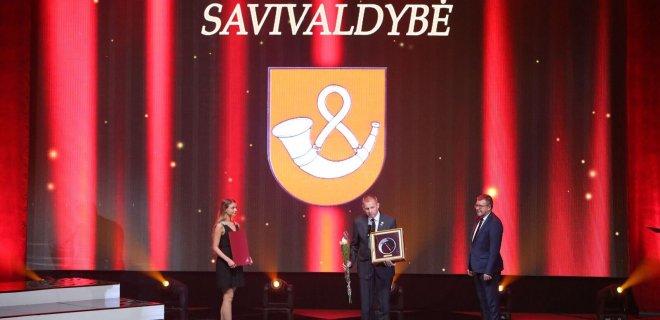 Tauragės rajono meras atsiima apdovanojimą už verslumo skatinimą. / LSA nuotr.