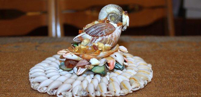 Iš įvairiausių kriauklelių, geldelių suklijavo paukštį. Gavosi natūraliai,  todėl ši skulptūrėlė jai viena mieliausių.