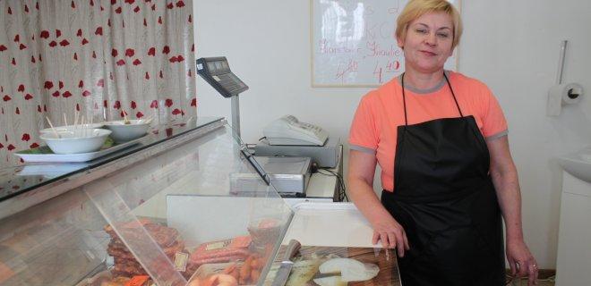Jurbarkietė verslininkė Rita Kleinienė Kauno gatvėje atidarė mėsos produktų parduotuvę, kurioje galima įsigyti natūraliai rūkytų kaimiško dūmo mėsos gaminių.