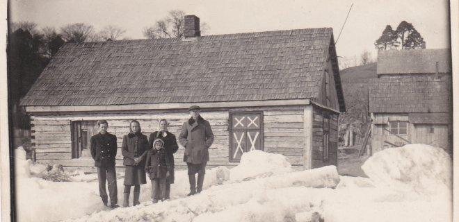 Nuotraukoje įamžinti Jadvygos iš Seredžiaus kaimynai 1951 metais, kuomet ir buvo pirmas didelis potvynis, kurį moteris iki šiol ryškiai prisimena. / Asmeninio albumo nuotr.