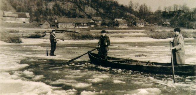Kėlimasis valtimi per užšalantį Nemuną.  Veliuona, XX a. 6 dešimtmetis. / Balio Šimkaus nuotr.