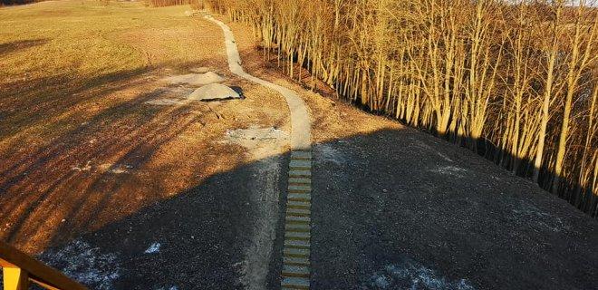 Tvarkomas  Kartupėnų piliakalnis tapo dar vienu patraukliu turistų traukos objektu. nuotr.
