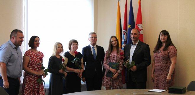 Gabrielė Gudiškytė su tėčiu, ją paruošusiomis trimis mokytojomis. Gabrielė vienintelė rajone surinko net tris 100-ukus.
