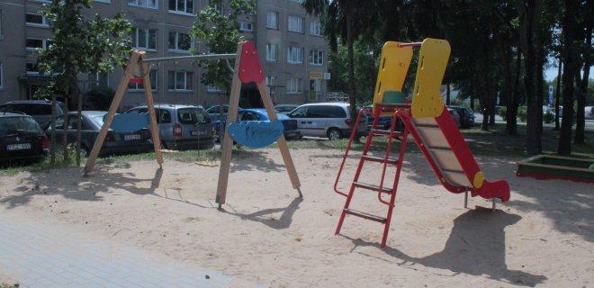 Daugiabučio gyventojams skaudu žiūrėti, kaip mažamečiai vaikai kapstosi po užterštą smėlį, kuris būna sušluojamas nuo šalia esančio šaligatvio.