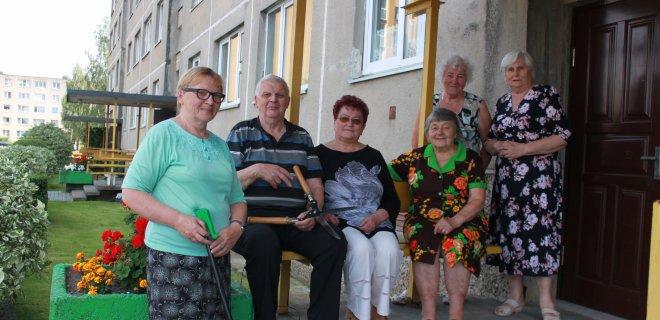 Algirdo g. 14 daugiabučio aplinkos puoselėtojų būrelis (iš kairės): Birutė, Julius, Marytė, Marcelė, Janina ir Marytė.