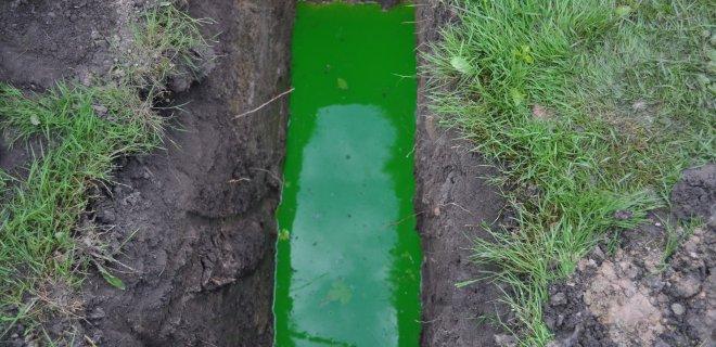 Fekalijomis užterštas vanduo, įpylus specialių dažų, pakeitė spalvą / Monikos Kazakevičiūtės nuotr.